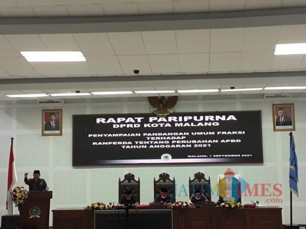 Wakil Ketua Fraksi PKS DPRD Kota Malang, Trio Agus Purwono (paling kiri) saat menyampaikan pemandangan umum fraksi atas Ranperda APBD-P 2021 Kota Malang. (Arifina Cahyanti Firdausi/MalangTIMES).