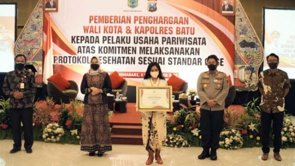 Wali Kota Batu Dewanti Rumpoko berswafoto bersama salah satu penerima penghargaan di Hall Singhasari Resort Kota Batu, Kamis (2/9/2021). (Foto: istimewa)