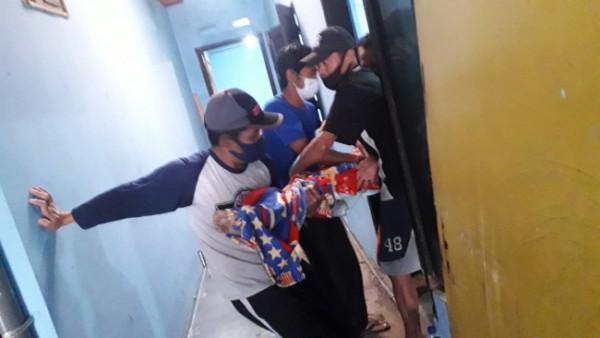 Almarhum Siswoyo saat dievakuasi dari rumahnya untuk dibawa menuju ambulans, Jumat (3/9/2021). (Foto: Istimewa)