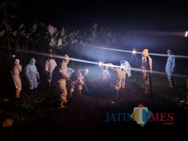 Ilustrasi pemakaman dengan protokol Covid-19. (Foto: Tubagus Achmad/JatimTIMES)
