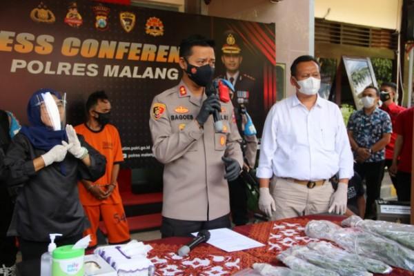 Kapolres Malang AKBP Bagoes Wibisono (tengah) saat merilis tersangka pengedar narkoba jenis ganja (foto: Humas Polres Malang for MalangTIMES)
