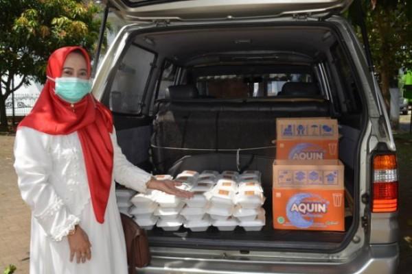 Ketua DWP UIN Malang Drs Shofiyah Zainuddin bersiap membagikan nasi box kepada warga di lingkungan UIN Maliki Malang (Ist)