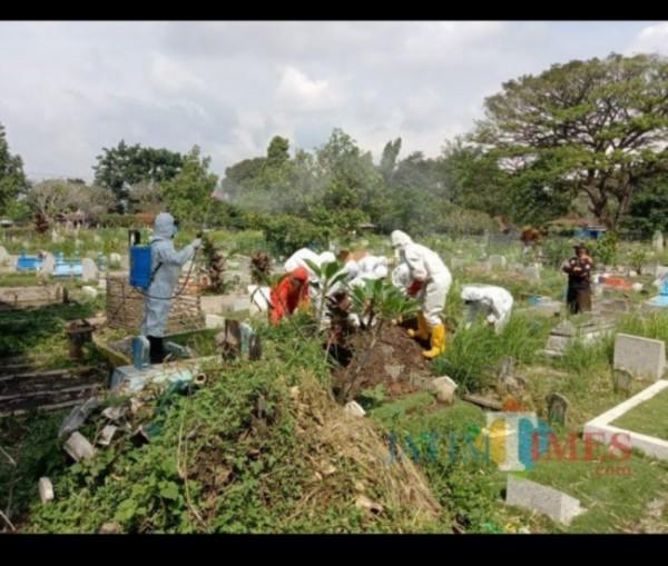 Petugas pemakaman jenazah di salah satu pemakaman di Kota Malang. (Foto: Dokumentasi JatimTIMES).