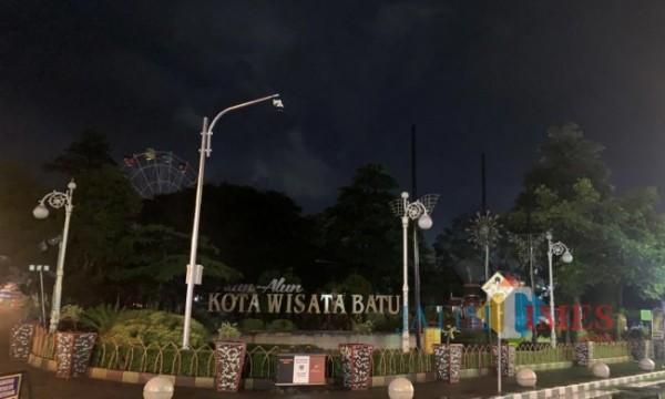 Suasana di Alun-Alun Kota Batu yang gelap. (Foto: Irsya Richa/ MalangTIMES)