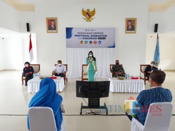 Anggota Komisi IX DPR RI Krisdayanti saat memberikan sambutan pada agenda sosialisasi Germas, protokol kesehatan dan vaksinasi Covid-19 di Mini Block Office Pemerintah Kota Malang, Sabtu (4/9/2021). (Foto: Tubagus Achmad/JatimTIMES)