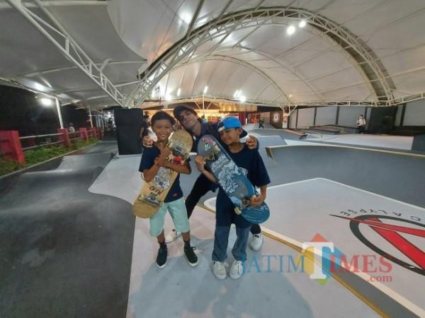 Dua skateboarder cilik nasional yakni Zaidhar (kanan) asal Kota Bandung dan Hafiz (kiri) asal Yogyakarta bersama skateboarder Kota Malang Izzat usai menjajal skatepark di Apocalypse Park, Sabtu (4/9/2021). (Foto: Tubagus Achmad/JatimTIMES)