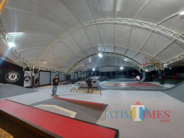 Para skateboarder yang menjajal arena skatepark Apocalypse Park yang berada di Jalan Kapiworo, Kabupaten Malang, Sabtu (4/9/2021). (Foto: Tubagus Achmad/JatimTIMES)