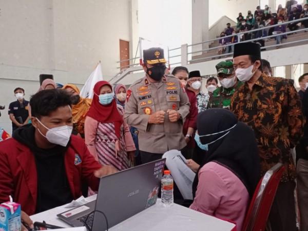 Rektor UIN Maliki Malang Prof M Zainuddin MA dan Waka Polda Jatim Brigjen Pol Slamet Hadi Supraptoyo saat meninjau Gerakan Vaksinasi Mahasiswa Nasional (Ist)