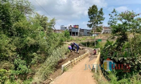 Pelebaran jembatan Temas-Pandanrejo mulai dilakukan oleh petugas. (Foto: Irsya Richa/MalangTIMES)