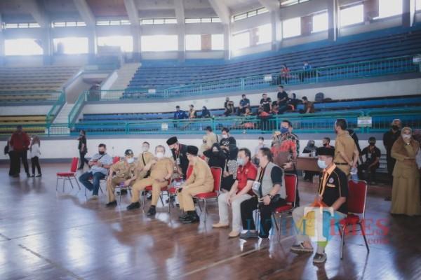 Bupati Jember didampingi Wakil Bupati saat melihat secara langsung seleksi atlit di cabor Bulu tangkis dan Pencak Silat (foto : Izza / Jember TIMES)