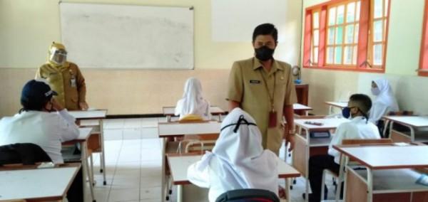 Kepala Dinas Pendidikan dan Kebudayaan (Kadisdikbud) Kota Malang Suwarjana, SE., MM meninjau pelaksanaan PTMT di dua satuan Pendidikan jenjang Sekolah Menengah Pertama Negeri (SMPN), yakni SMPN 5 Malang dan juga SMPN 8 Malang (Ist)