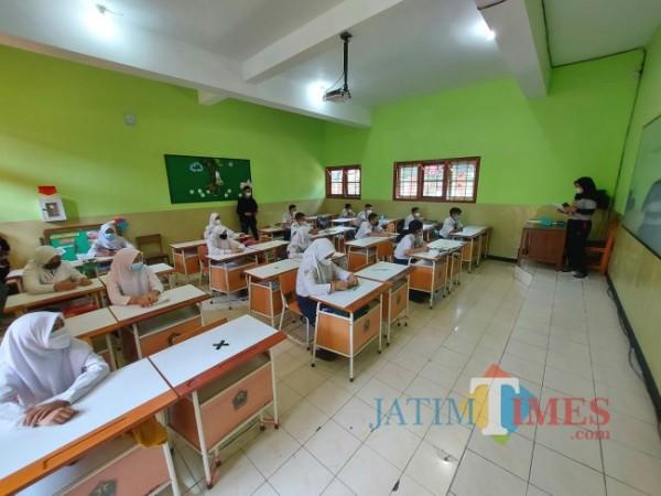 Kondisi kelas yang diajar oleh Erlian Musdalifah saat penerapan uji coba pembelajaran tatap muka hari pertama, Senin (6/9/2021). (Foto: Tubagus Achmad/JatimTIMES)