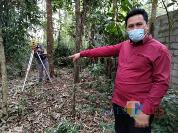 Kuasa Hukum Basuki, Didik Lestariono saat menunjukan obyek sengketa ketika sedang dilakukan pengukuran oleh petugas BPN.(Foto: Riski Wijaya/MalangTIMES).