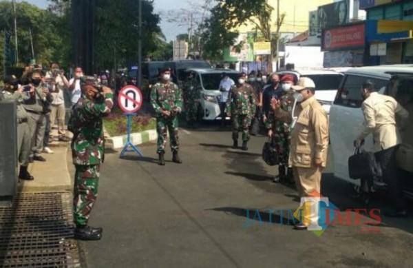 Menteri Pertahanan RI Prabowo Subianto saat datang dan meninjau 500 siswa komponen cadangan di Dodikjur Rindam V/Brawijaya di Kota Malang, Senin (6/9/2021). (Foto: Dok. JatimTIMES)