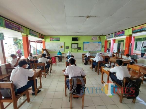 Salah satu guru IPA yakni Siti Maryana, SPd saat memberikan pembelajaran terhadap para murid di PTM hati pertama yang bertempat di Gazebo SMP Negeri 20 Malang, Senin (6/9/2021). (Foto: Tubagus Achmad/JatimTIMES)