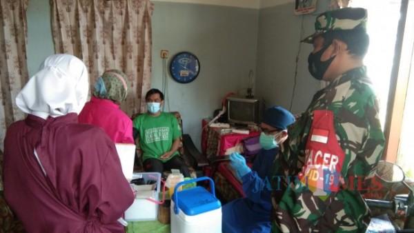 Tenaga kesehatan saat melakukan vaksinasi di salah satu warga di Desa Bulukerto, Kecamatan Bumiaji. (Foto: Irsya Richa/MalangTIMES)