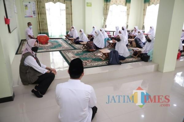 Wali Kota Batu Dewanti Rumpoko, meninjau langsung pelaksanaan pembelajaran tatap muka (PTM) terbatas, di MTsN Kota Batu, Senin (6/9/2021).