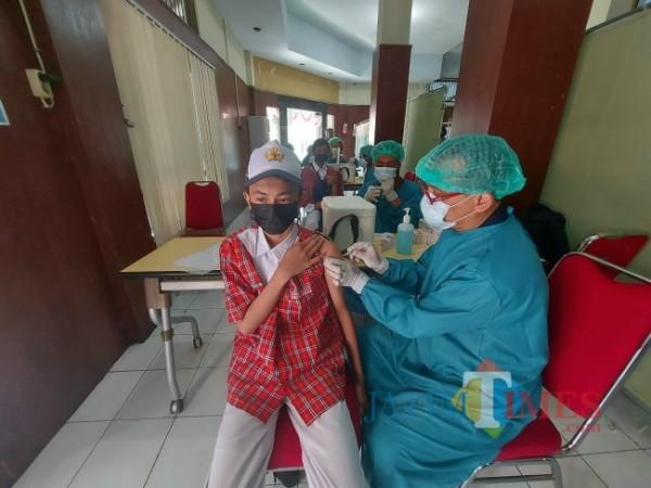 Ilustrasi pelaksanaan vaksinasi pelajar di Politeknik Kesehatan Kementerian Kesehatan Malang, Selasa (31/8/2021). (Foto: Tubagus Achmad/JatimTIMES)