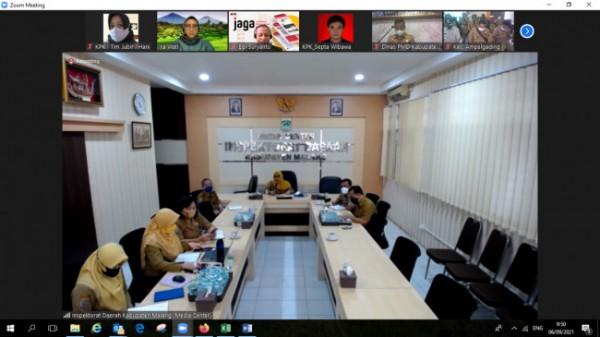 Inspektur Kabupaten Malang Tridiyah Maestuti saat rapat secara daring bersama Satuan Tugas Koordinasi dan Supervisi (Korsup) Wilayah III KPK. (Foto:Istimewa)