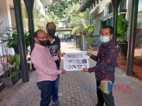 Kepala Sekolah SMAN 1 Malang Drs Heru Wahyudi MPd (kanan) bersama Ketua Komite SMAN 1 Malang Tri Wedianto saat menunjukkan site plan pembangunan Masjid Mitreka Satata, Selasa (7/9/2021). (Foto: Tubagus Achmad/JatimTIMES)