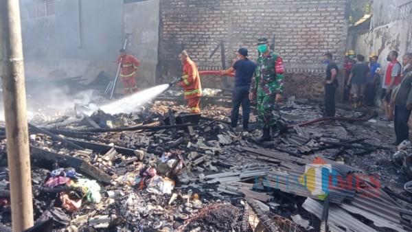 Petugas Damkar beserta TNI/Polri saat proses memadamkan api (Foto: Humas Polres for JatimTIMES)