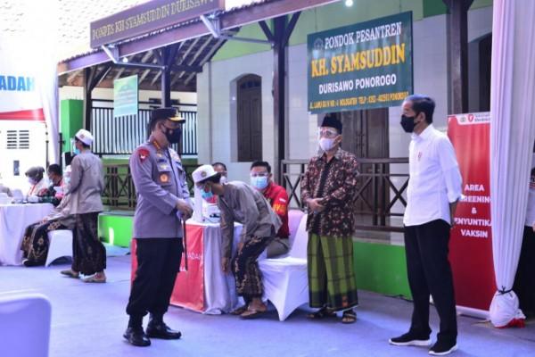 Presiden Indonesia Joko Widodo (kanan) didampingi Kapolri Jenderal Listyo Sigit Prabowo meninjau Vaksinasi Merdeka bersama rumah ibadah dan pondok pesantren (ponpes) secara serentak di seluruh Indonesia, Selasa (7/9/2021). (Foto: Dok Ist)