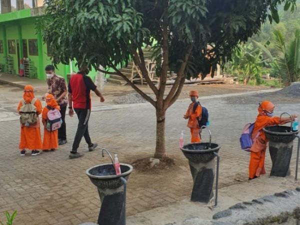 Suasana siswa siswi di salah satu SD di Kota Malang saat melakukan cuci tangan sebelum masuk ke dalam kelas di masa PTMT. (Foto: Istimewa).