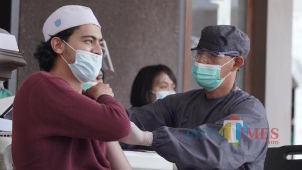 Tenaga kesehatan saat menyuntikkan vaksin kepada santri di Pondok Pesantren Anwarut Taufiq Jalan Metro, Kecamatan Batu, Kota Batu, Selasa (7/9/2021). (Foto: Irsya Richa/MalangTIMES)