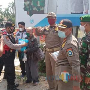 Berbagi Sembako, TNI-Polri di Lamongan Sosialisasi Prokes ke Masyarakat