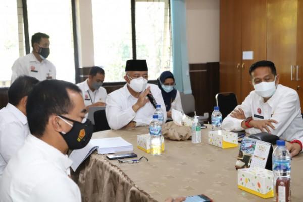 Bupati Malang HM. Sanusi didampingi Sekda Kabupaten Malang Wahyu Hidayat saat melakukan evaluasi di salah satu Kantor OPD Kabupaten Malang.(Foto: Istimewa).