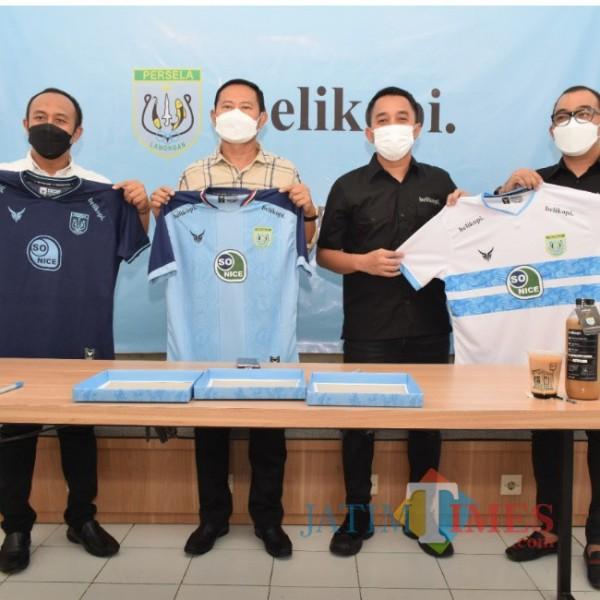Bupati Yuhronur Efendi, Manajeman Persela dan Beli Kopi seusai tanda tangan MoU (foto: Prokopim Lamongan for JatimTIMES)