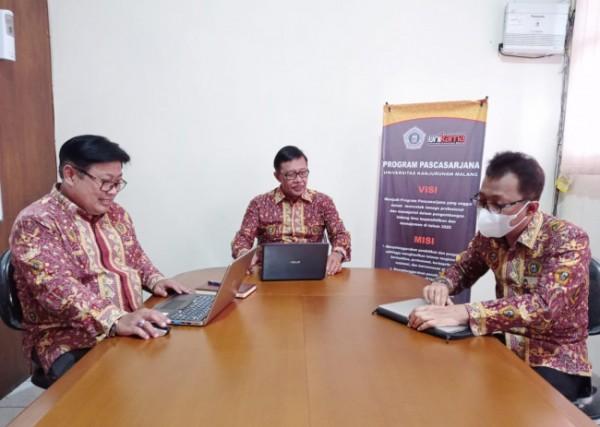 Direktur Program Pascasarjana Unikama Dr I Wayan Legawa MSi (tengah)(Ist)
