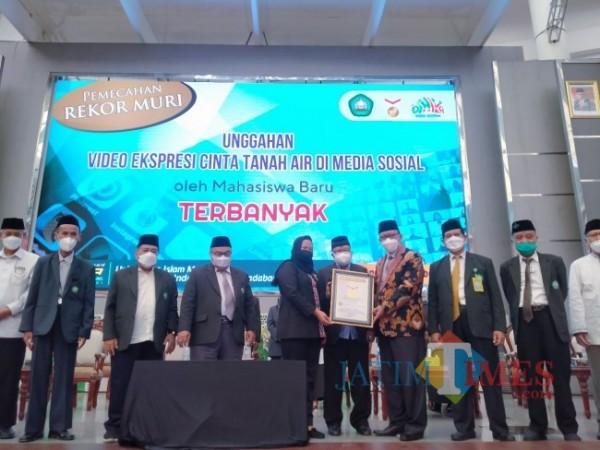 Rektor Unisma, Prof Dr Maskuri MSi didampingi seluruh civitas Unisma saat menerima piagam Rekor Muri (Anggara Sudiongko/MalangTIMES)