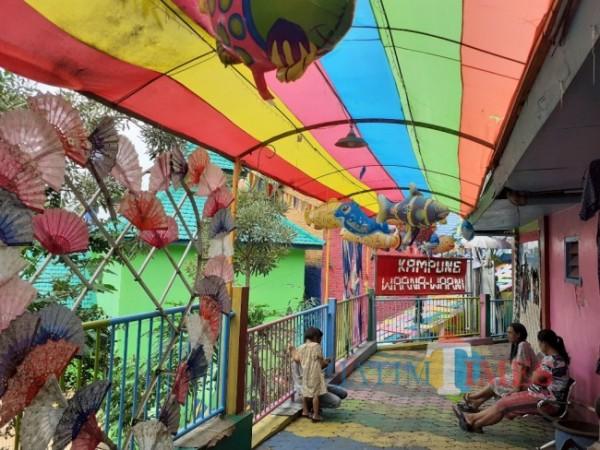 Salah satu destinasi wisata kampung tematik Kampung Warna-Warna Jodipan di Kota Malang. (Arifina Cahyanti Firdausi/MalangTIMES).