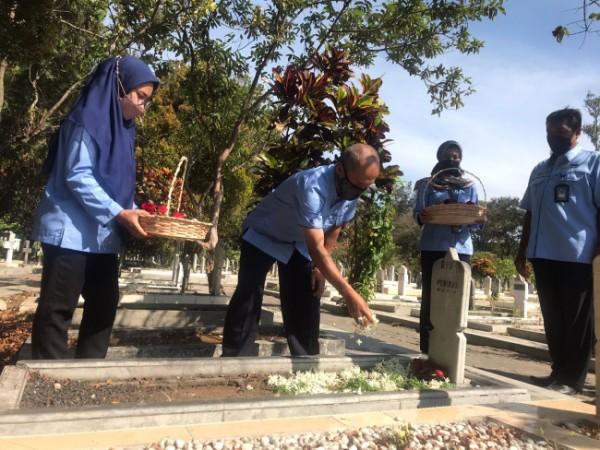 Suasana tabur bunga untuk pahlawan peringati Hari Radio Ke-76 RRI Malang. (Foto: Istimewa).