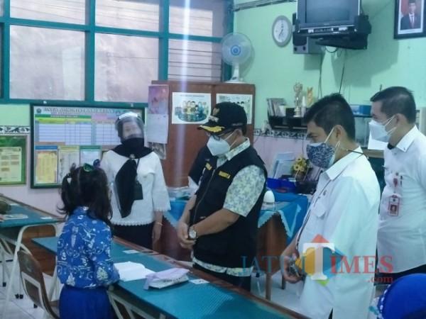 Walikota Malang Sutiaji Didampingi Kadis Dikbud Suwarjana SE MM dan juga Kadinkes Husnul Muarif saat meninjau PTM di SDN Purwantoro 1 (Anggara Sudiongko/MalangTIMES)