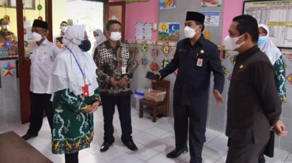 Agus Salim memberi penjelasan kepada Bupati Lumajang (foto: Dokumen Agus Salim/ JatimTIMES)