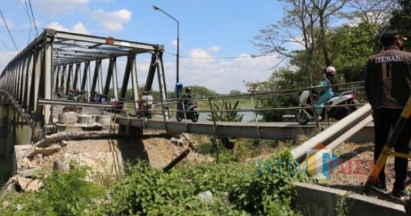 Bupati Tuban Aditya Halindra Faridzky saat meninjau sebagai petanda dimulainya Pembangunan Jembatan Glendeng, Kecamatan Soko, Kabupaten Tuban (09/09/2021) (Foto: Ahmad Istihar/ JatimTIMES)