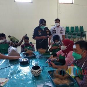 Manfaatkan Limbah Serabut Kelapa, Masyarakat Dampit Ikuti Pelatihan Membuat Kokedama