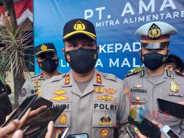 Kapolresta Malang Kota AKBP Budi Hermanto (tengah) saat ditemui awak media usai menerima bantuan probiotik di Mapolresta Malang Kota, Selasa (31/8/2021). (Foto: Tubagus Achmad/JatimTIMES)