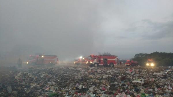 Petugas Damkar Kota Malang saat memadamkan api di TPA Supit Urang (foto: Damkar Kota Malang for MalangTIMES)