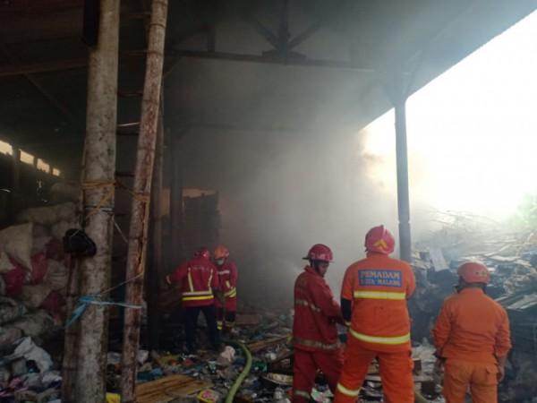 Petugas Damkar Kota Malang saat memadamkan api (foto: Damkar Kota Malang for MalangTIMES)