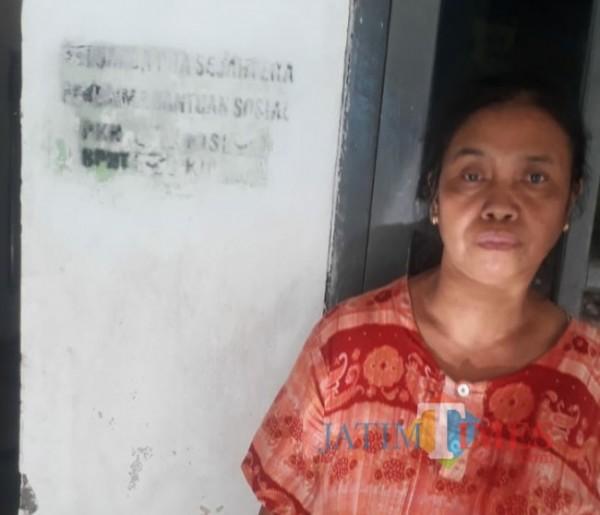 Riati (49), salah satu keluarga yang rumahnya terdapat stempel penerima bantuan namun tidak pernah mendapat bantuan. (foto: Istimewa).