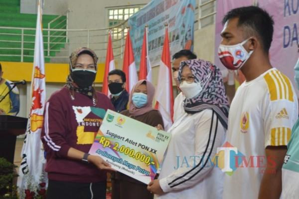 Wali Kota Batu Dewanti Rumpoko saat menyerahkan dana support atlet PON XX di GOR Gajahmada, Kamis (9/9/2021).