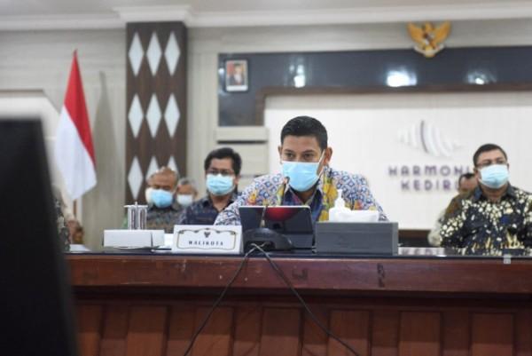 Wali Kota Kediri Abdullah Abu Bakar saat memaparkan evaluasi Sistem Akuntabilitas Kinerja Instansi Pemerintah (SAKIP) dan Reformasi Birokrasi (RB) tahun 2021 dihadapan Kemenpan RB. (Foto: Dok Pemkot Kediri)
