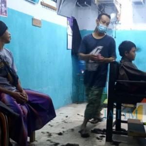 Berkah Sekolah Tatap Muka, Omset Tukang Cukur Naik 2 Kali Lipat