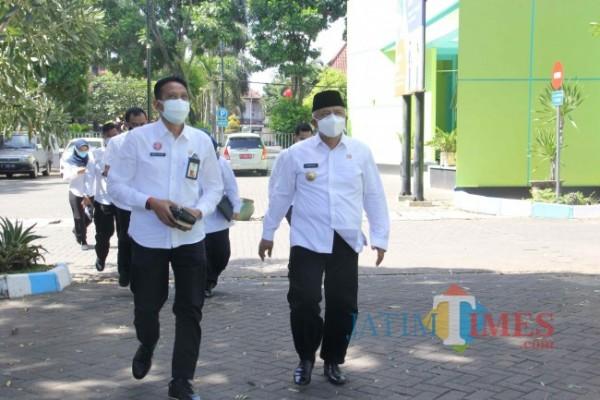 Bupati Malang HM. Sanusi didampingi Sekda Kabupaten Malang Wahyu Hidayat saat melakukan sidak di beberapa kantor OPD beberapa waktu lalu.(foto: Istimewa)
