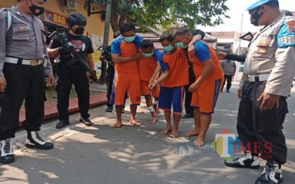 Keempat pelaku perampokan bersenjata api di minimarket Jombang saat digelandang ke Mapolres Jombang. (Foto : Adi Rosul / JombangTIMES)