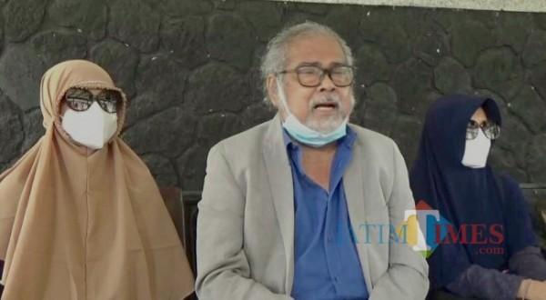 Ketua Komnas PA Arist Merdeka Sirait bersama dua korban saat di Kota Batu. (Foto: Irsya Richa/ MalangTIMES)