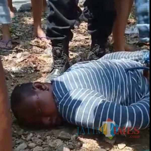 Pelaku curanmor tersungkur tak berdaya setelah dihajar warga di Lamongan.  (foto: screanshot video viral)